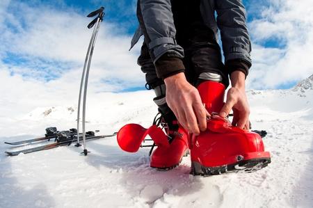 narciarz: przygotowuje się do jazdy na nartach - mocowanie buty