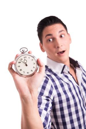 osiągnął: Młody mężczyzna liczenie minut na zegarek, aż do terminu zostanie osiągnięta