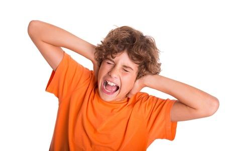 dolor de oido: Chico joven se siente frustrado por el ruido a su alrededor