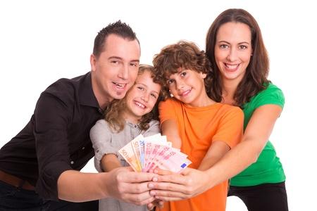 abastecimiento: Familia de cuatro sosteniendo billetes en euros en sus manos