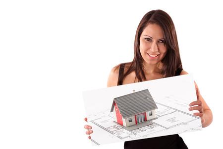 promotes: Agente inmobiliario de sexo femenino joven promueve la casa de la familia