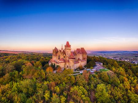 Słynny zamek Kreuzenstein i ruiny w austriackim Weinviertel. Leobendorf, niedaleko Wiednia.