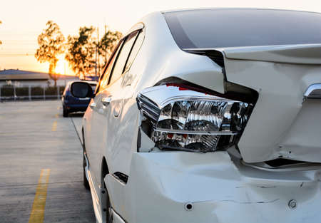 garage automobile: voiture accidentée
