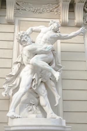 antiek standbeeld van twee Griekse mannelijke goden worstelen met elkaar