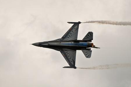 airpower: caccia f-16 jet facendo acrobazie aeree presso un airshow