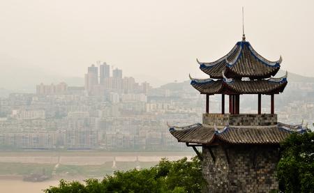 oude Chinese pagode met uitzicht op rivier de Yangtze tegen een moderne skyline