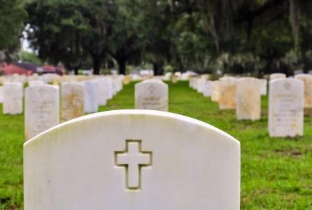 rijen soldaten grafstenen op een nationale begraafplaats