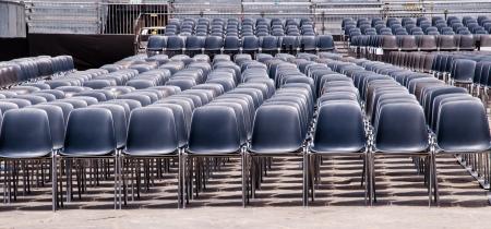 plastic stoelen in een open lucht arrangement