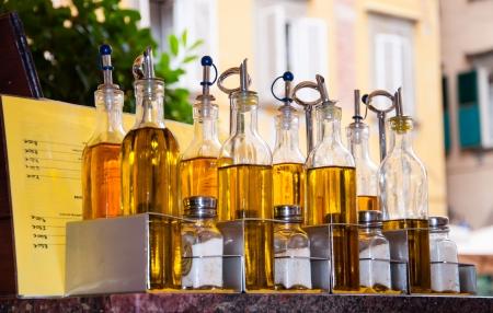 kruiderij flessen bij een restaurant Stockfoto