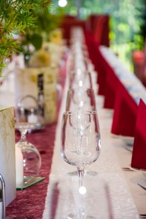 glazen en bestek op een bruiloft tafel