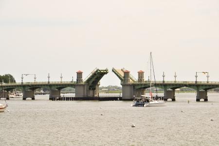 geopend ophaalbrug aan een baai in Florida