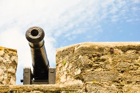antiek kanon bij St Augustine fort met uitzicht op de baai
