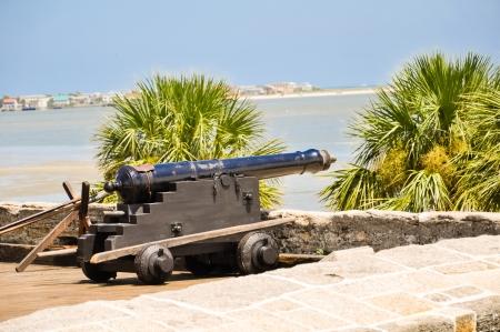 antiek kanon op St Augustine fort uitzicht op de baai