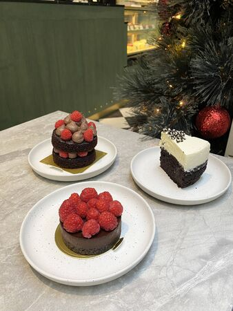 Close up of Naked Raspberries with Chocolate Creme Cheese. Chocolate cake with berries on top. Banco de Imagens