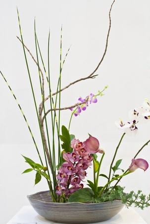 an exposition: IKEBANA: composizione floreale giapponese con fiore thailandese di Chiang Mai ikebana club nel Horticultural Esposizione Internazionale Reale Flora Ratchaphruek 2011, Chiang Mai, Thailandia Editoriali
