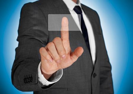 empujando: Hombre de negocios empujando el bot�n virtual