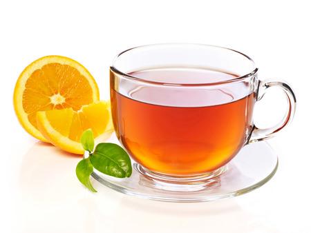 tazza di th�: Tazza di t� con la fetta d'arancia, isolato su bianco