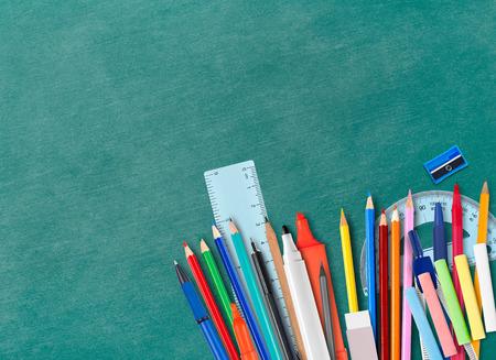 fournitures scolaires: Blackboard et des fournitures scolaires avec copyspace Banque d'images
