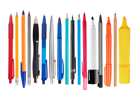 Pennen en potloden op witte achtergrond