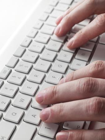 teclado de computadora: Al escribir en el teclado de la computadora