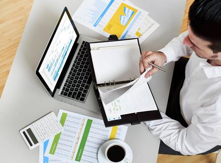 Homme d'affaires dans les bureaux