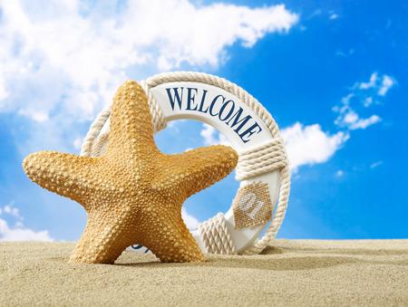 welcome sign: Starfish et signe de bienvenue sur la plage Banque d'images