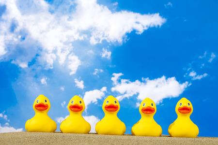 pato de hule: Patos de goma en la playa Foto de archivo