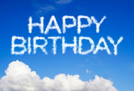 Message d'anniversaire heureux dans le ciel Banque d'images - 41087651