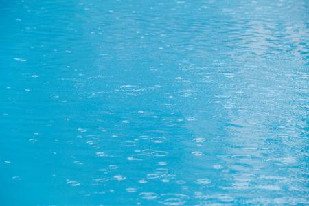 nadando: La lluvia sobre el agua