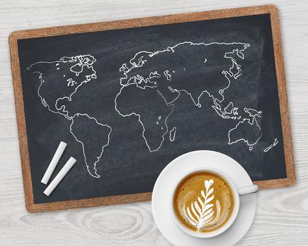 mapa mundi: Mapa del mundo y de la taza de caf� Foto de archivo