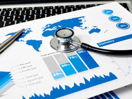 Stethoskop und Überprüfung Papiere Referenzkarte: http://veimages.gsfc.nasa.gov/3446/lcc_global_2048.jpg Verwendete Software: Adobe Photoshop CS6 Standard-Bild - 44086024