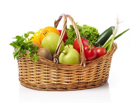 corbeille de fruits: Panier de fruits et légumes Banque d'images