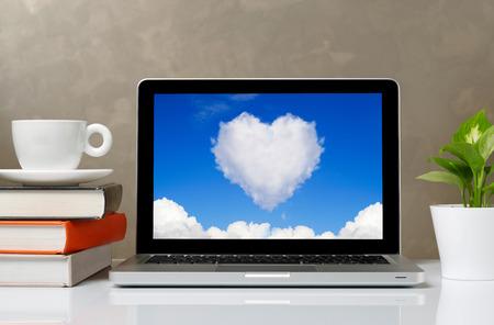 monitor de computadora: Computadora portátil en el escritorio