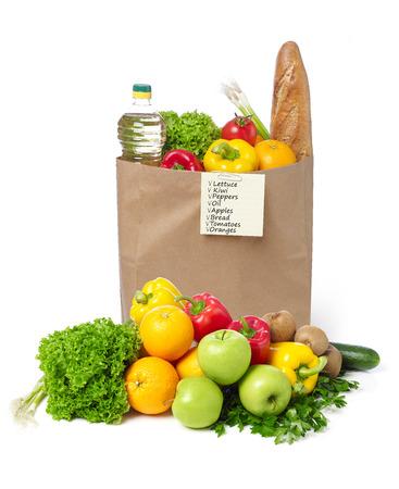 verduras verdes: lista de compras en una bolsa de comestibles
