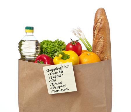 abarrotes: lista de compras en una bolsa de comestibles