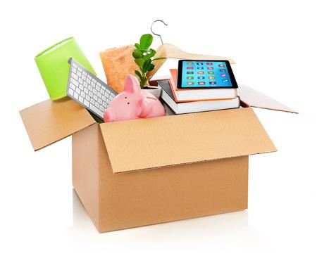 completos: Caja de cartón llena de muebles de la casa