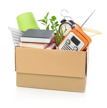carton: Caja de cartón llena de muebles de la casa