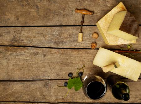 copa de vino: Vino y queso Foto de archivo