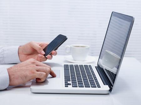 usando computadora: De negocios que trabaja en la computadora portátil en la oficina