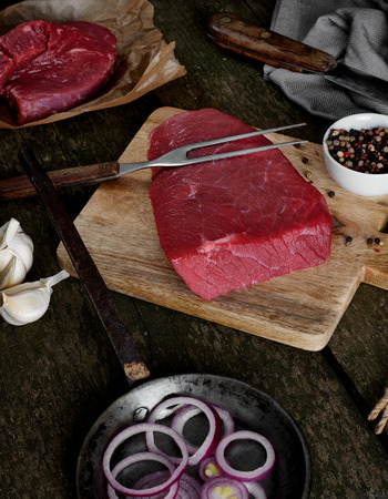 cebolla roja: Beef steaks on trencher