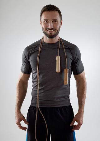 saltar la cuerda: Entrenador con la cuerda de salto mirando a la cámara