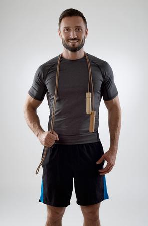 saltar la cuerda: Entrenador con la cuerda de salto mirando a la c�mara