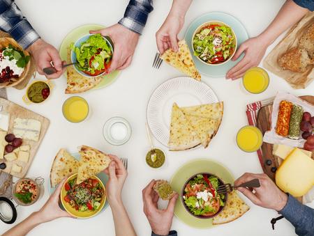 Amis de manger à table