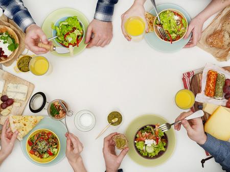 Freunde beim Abendessen Standard-Bild - 54604480