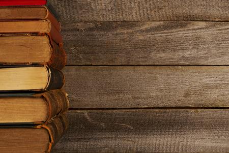 libros antiguos: Libros antiguos en tabla, vista desde arriba