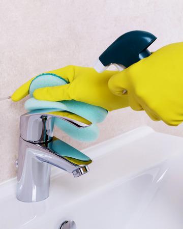 lavar platos: Limpieza del grifo de agua