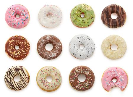 Leckere Donuts, isoliert auf weiss Standard-Bild - 77358828