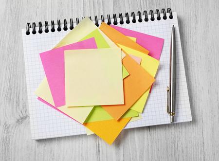 Notas adhesivas en el cuaderno