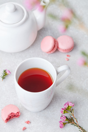 Red tea and macaroons 스톡 콘텐츠