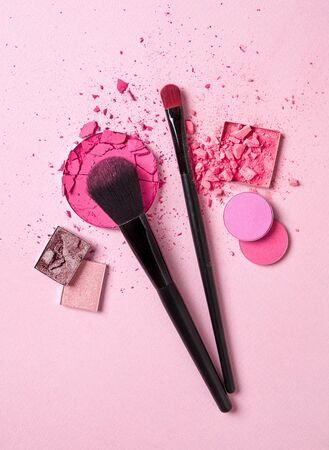 Crushed face powder and makeup brushes